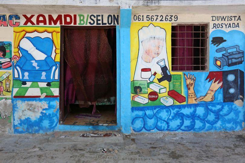 somalia hand painted storefronts 9 5cf4d6890284a  880 - Você Sabia? Vitrines na Somália tem que ter desenhos