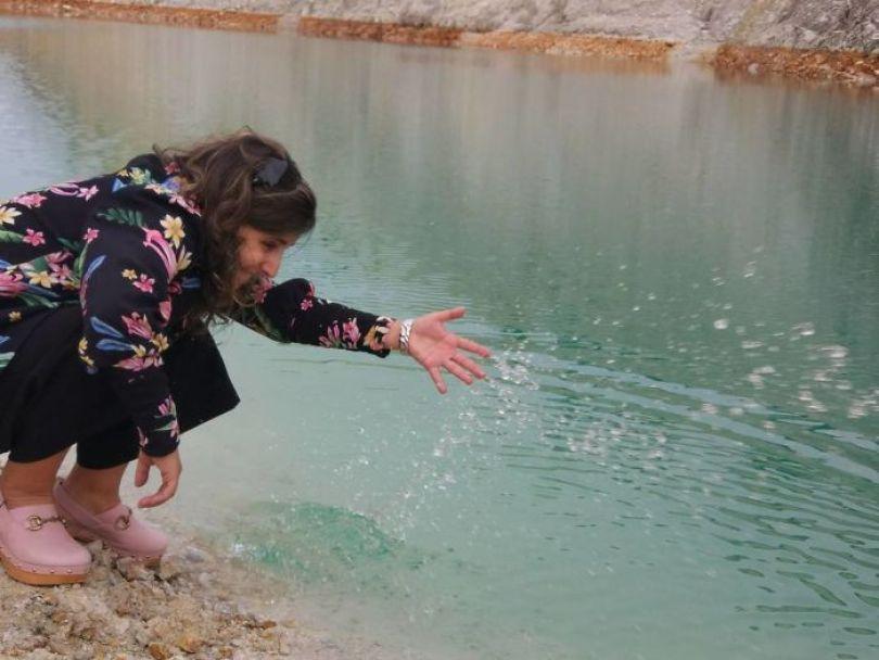 BZDyYQgHIt6 png  700 - Instagramers confundem lixo tôxico por lindo lago azul