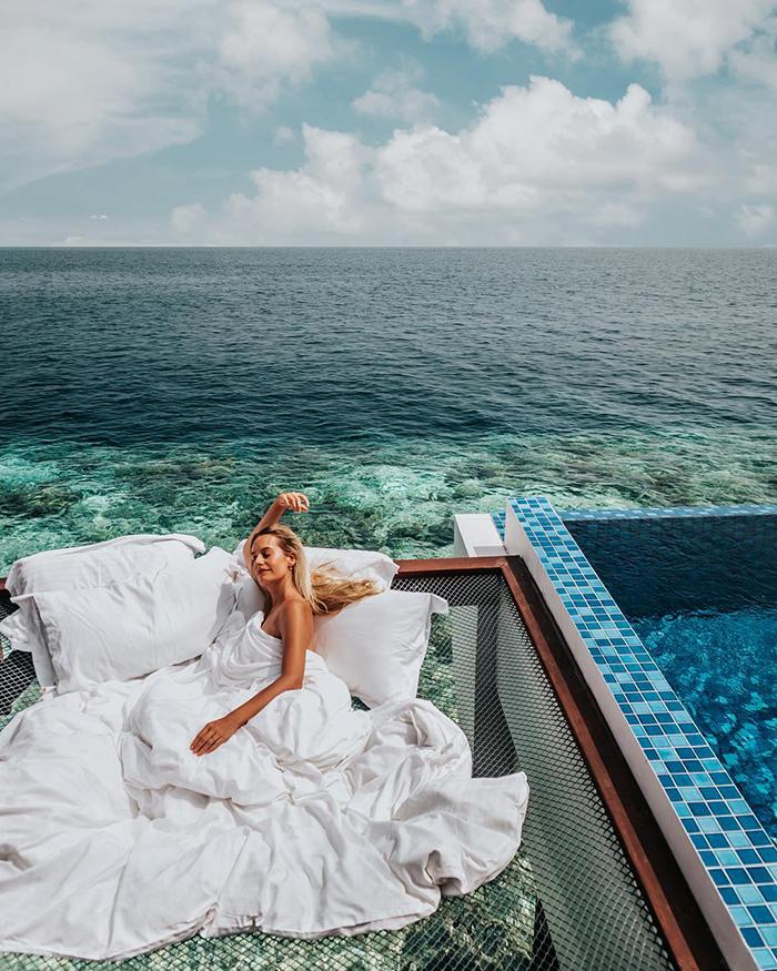 maldives hotel net over water grand park kodhipparu 5d2c355c1e4fe  700 - Dormir sob as estrelas e sobre o Oceano em uma rede
