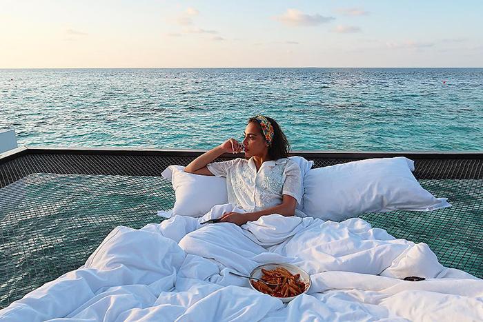 maldives hotel net over water grand park kodhipparu 5d2c355f3a9bb  700 - Dormir sob as estrelas e sobre o Oceano em uma rede
