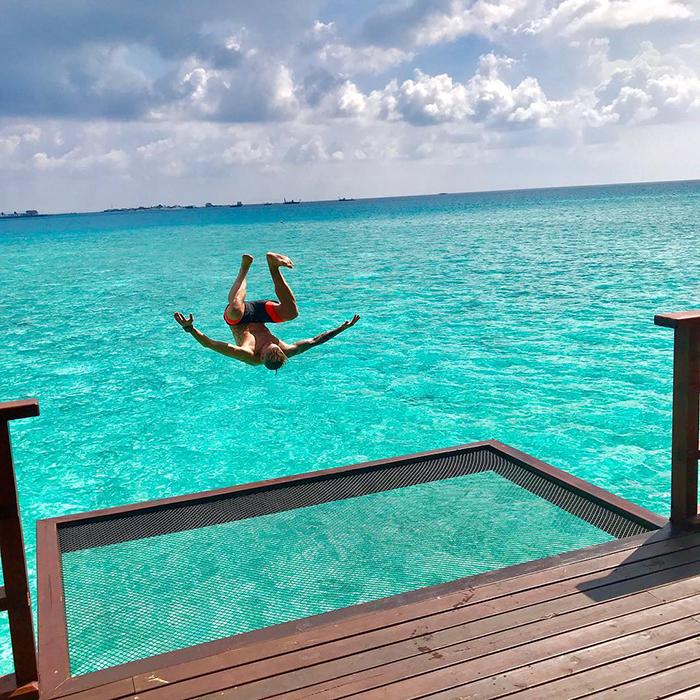 maldives hotel net over water grand park kodhipparu 5d2c3567799d7  700 - Dormir sob as estrelas e sobre o Oceano em uma rede