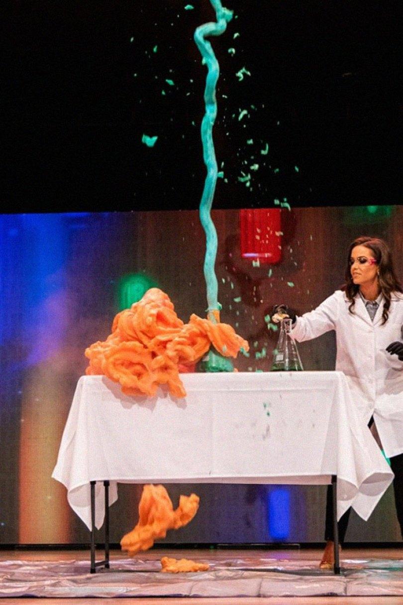 miss virginia biochemist science experiment talent peagant winner camille schrier 16 5d1c5ee620109  700 - Concorrente ao Miss Virginia faz experimento científico em pleno Concurso