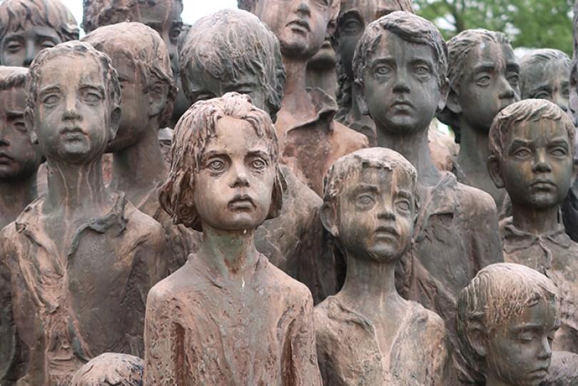 sculptures children of lidice czechoslovakia czech republic 3 5d2d8c0c391b9  700 - Escultura de cortar o coração retrata 82 crianças que foram entregues aos nazistas