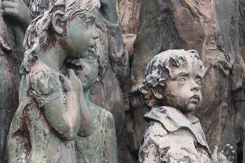 sculptures children of lidice czechoslovakia czech republic 6 5d2d8c134c662  700 - Escultura de cortar o coração retrata 82 crianças que foram entregues aos nazistas