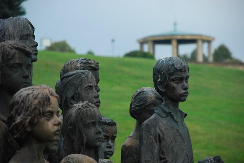 sculptures children of lidice czechoslovakia czech republic 7 5d2d8c15277c6  700 - Escultura de cortar o coração retrata 82 crianças que foram entregues aos nazistas