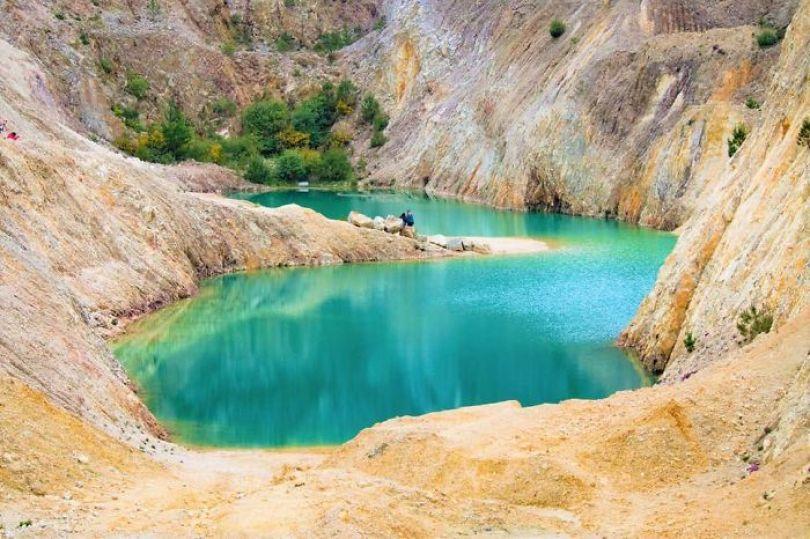 toxic lake 1 5d37f938b82c3  700 - Instagramers confundem lixo tôxico por lindo lago azul