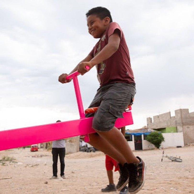 wall 3 5d4038e431cd4  700 - Crianças dos EUA e do México brincam juntas em gangorras na fronteira