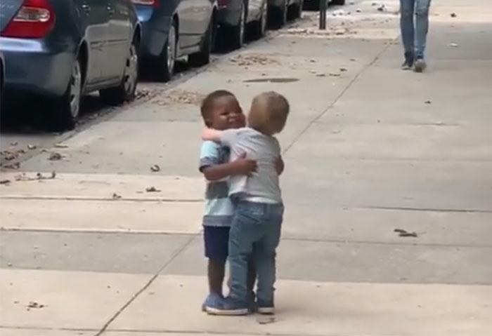 cute toddlers kids hugging 15 5d775cd20df70 700 - Crianças se abraçando ganha a Internet