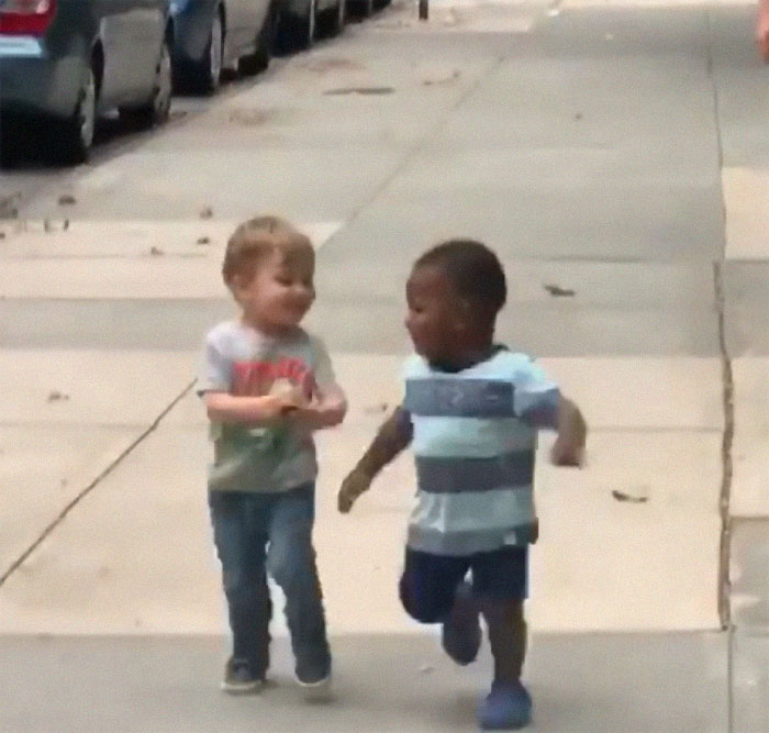 cute toddlers kids hugging 17 5d775cddd2552  700 - Crianças se abraçando ganha a Internet