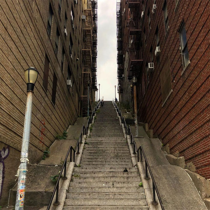 joker stairs tourist attraction new york 5dafff9b6c4a2 700 - Escadas do 'Coringa' em Nova York se tornam uma atração turística!