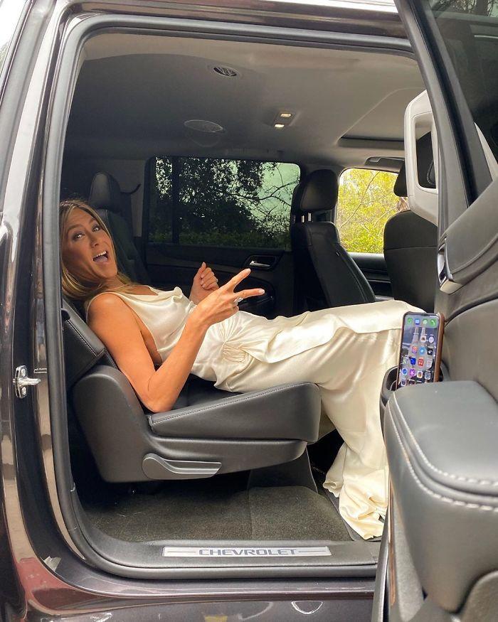 B7j4 6jBqd7 png  700 - Cinquentona: Revista coloca sessão de fotos TOP da Jennifer Anistons em seu 51º aniversário