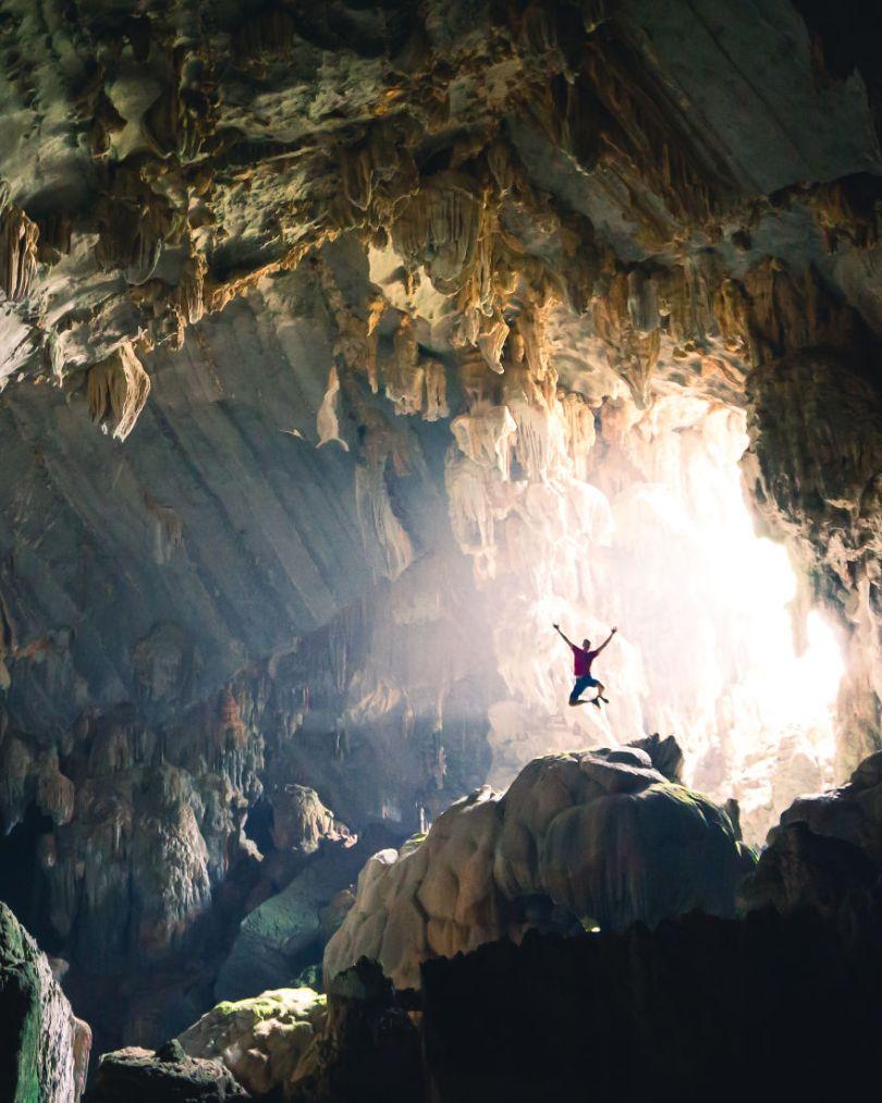 Exploração de cavernas no Laos
