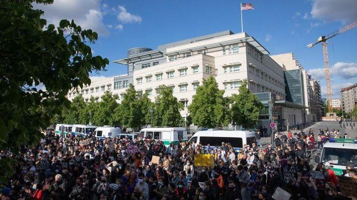 Демонстранты собираются перед посольством США в Берлине, Германия сегодня.  Мы с тобой
