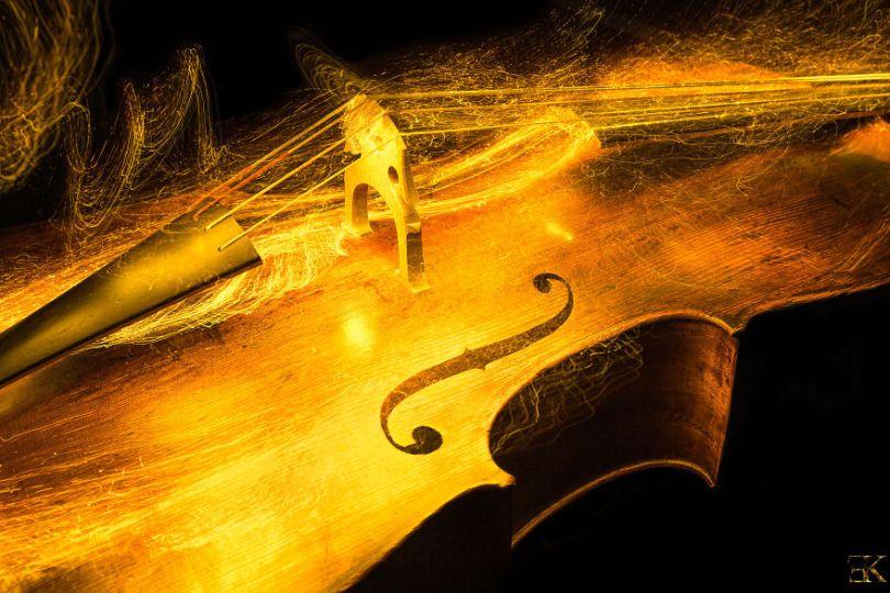 I photographed music instruments with lightpainting no photoshop 5f9b28f47c2d2  880 - Fotografo utiliza técnica de luz em instrumentos e o resultado é incrível