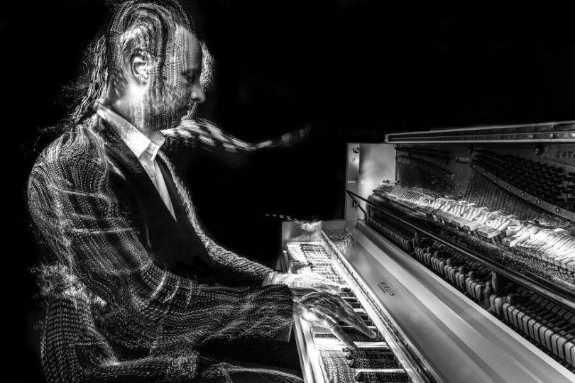 I photographed music instruments with lightpainting no photoshop 5f9b309271366  880 - Fotografo utiliza técnica de luz em instrumentos e o resultado é incrível