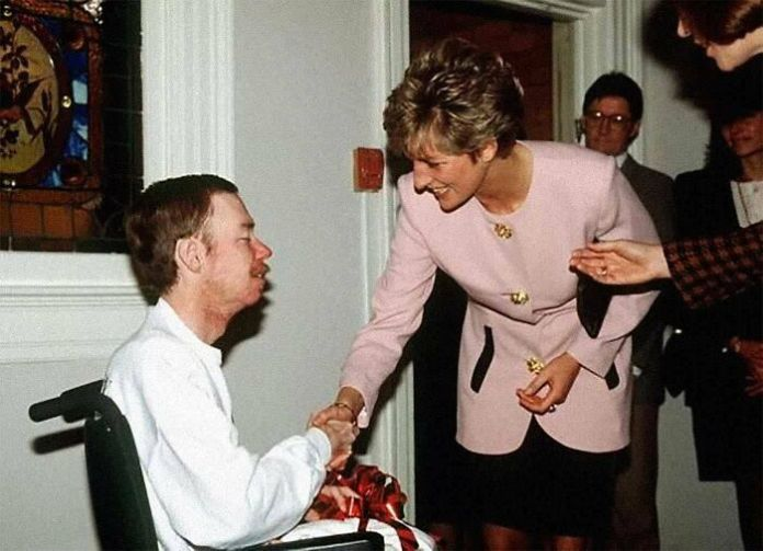 Princess Diana Shakes Hands With An Aids Patient Without Gloves, 1991