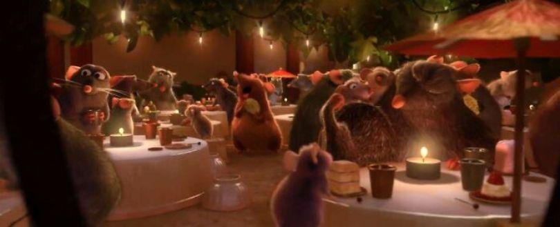 Nesta cena no final de Ratatouille, os copos são dedais, os pratos são botões e os utensílios são pinos