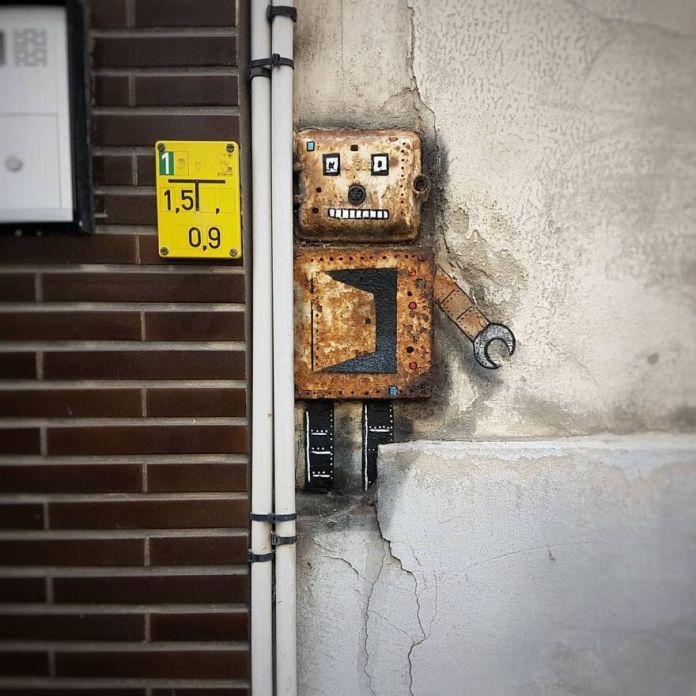 Маленький робот в Остенде на фестивале @thcrstlshp в марте прошлого года.  #oakoak #urban #robot #urbanintervention #ostend #streetart #graff #stencil #wall #fun #graff #belgium #belgique #thecrystalship