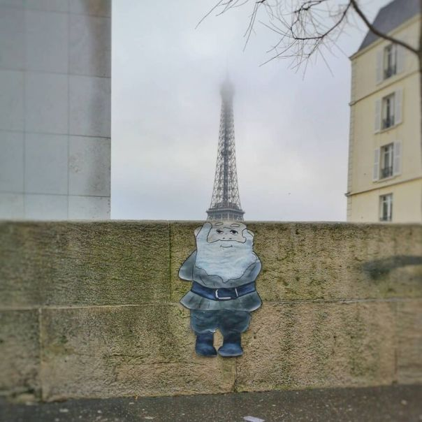 Le Gnome Et Son Chapeau the Gnome And His Hat #mtn94 #streetart #oakoak #lutin #chapeau #gnome #toureiffel #eiffeltower #paris #fun #art #urbain #urbanintervention #oak #stencil