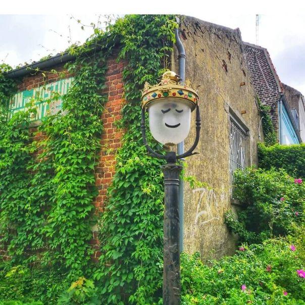 Le Roi Lumière @festival_les_petits_bonheurs #oakoak #streetart #urbanart #oaky #graffityart #urban #gold #couronne #or #fun #funny #light #lumiere #king #roi #lampadaire #mtn94 #art #street #