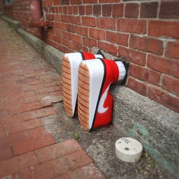 """Être Au Pieds Du Mur"".  Вмешательство для @festivalinspire в Монктоне, Канада.  #oakoak #inspire #moncton #canada #nike #urbanintervention #shoes #basket #streetart #fun #art #urban #urbanart #stencil #graff #graffiti #graffitiart # mtn94 #montanacolors #wall #wallart #mur #pieds #foot"