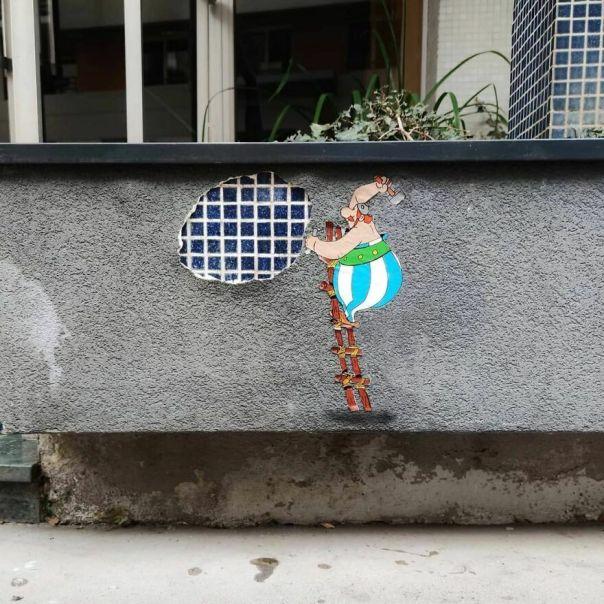 A La Recherche De Mosaïques Romaines. #oakoak #streetart #urbanintervention #art #obelix #asterix #urban #wallart #art #smallart #funny #mozaic #mosaïque #souslebetonlart