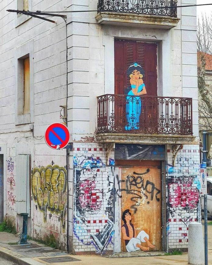 """Совершенно новый мир"" в 2021 году. #Oakoak #streetart #urbanintervention #art #urban #arturbain #wallart #aladdin #jasmine #princess #prince #princesse # 2021 #world #monde #art"