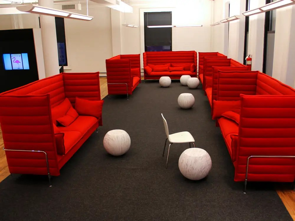 Next to it is a chill area for more comfortable working, relaxing, informal meetings, and brainstorming.