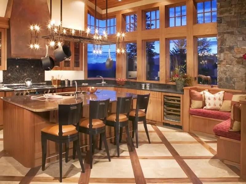 В доме есть четыре спальни, пять ванных комнаты и две ванные комнаты половины.  На кухне подходят для шеф-повара, с холодильником диапазона и вино.