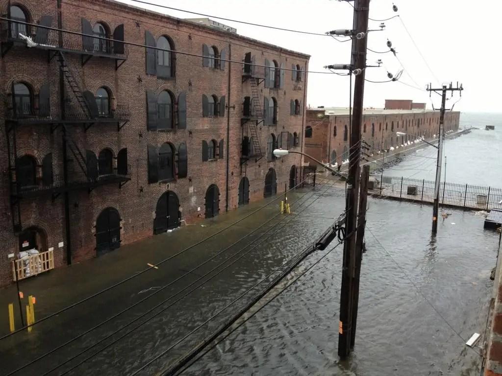 Наводнение в Ред-Хук, Бруклин около 9 часов утра