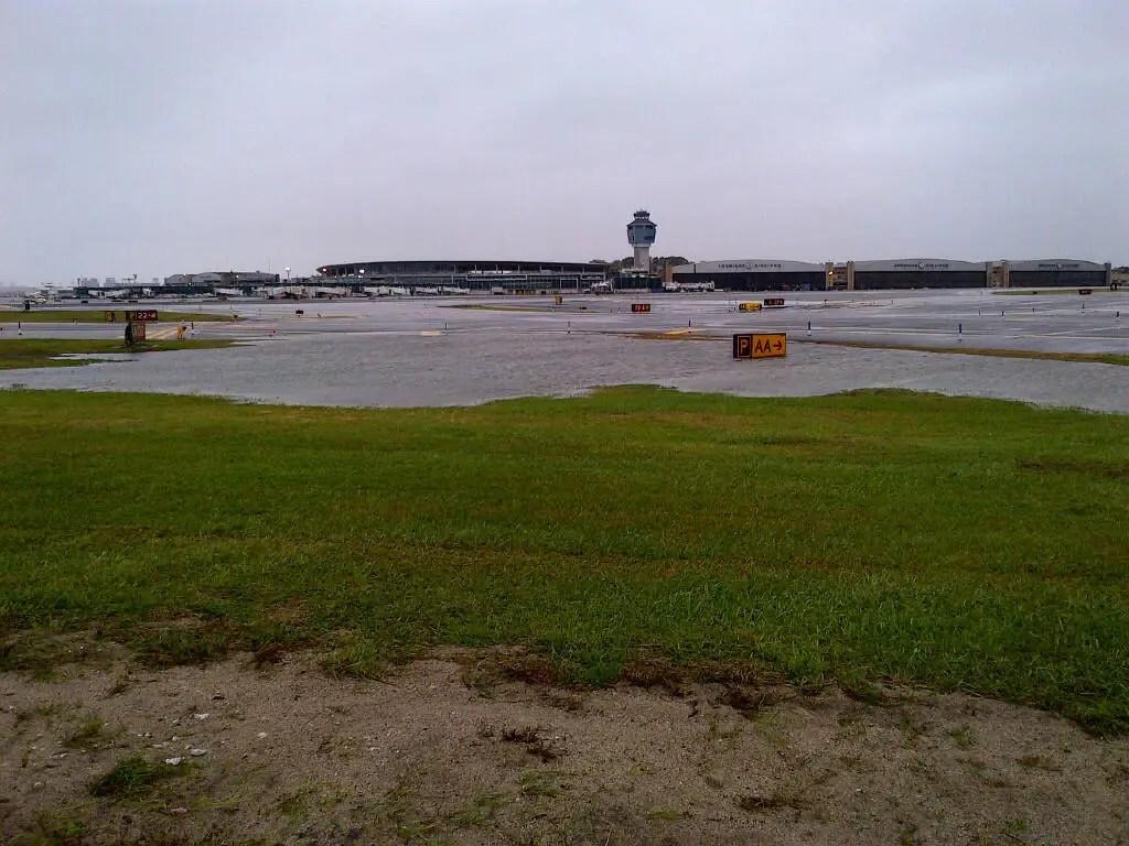 Наводнения подходить взлетно-посадочные полосы аэропорта LaGuardia