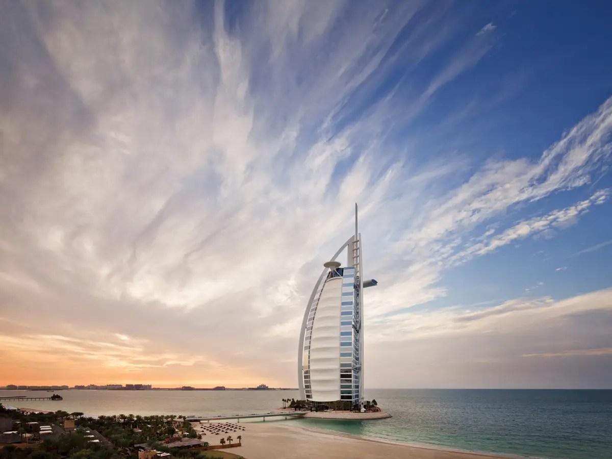 El hotel está situado en la isla artificial en Dubai, con vistas al Golfo Pérsico.
