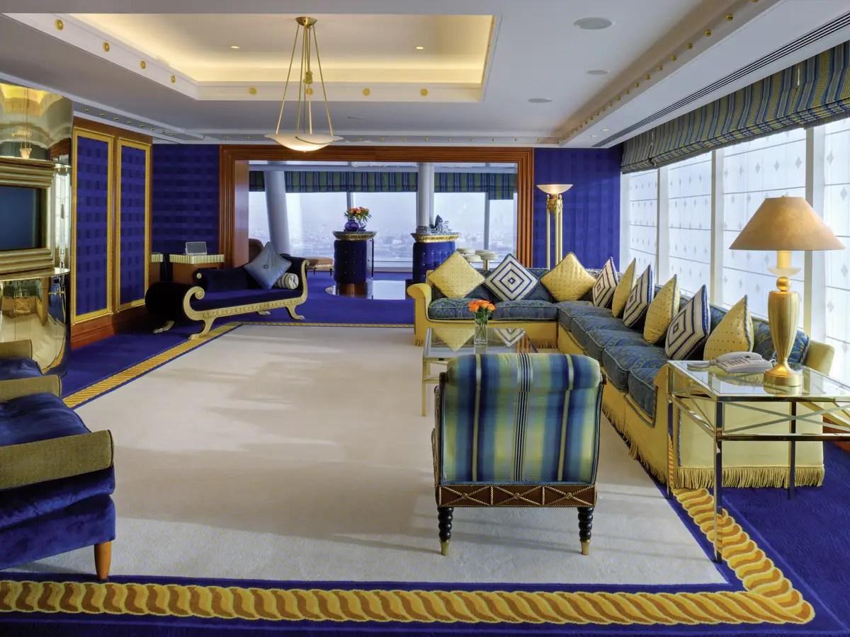 Algunas suites, así Diplomatic Suite, disponen de salas de estar gigantes donde se puede entretener a los invitados.