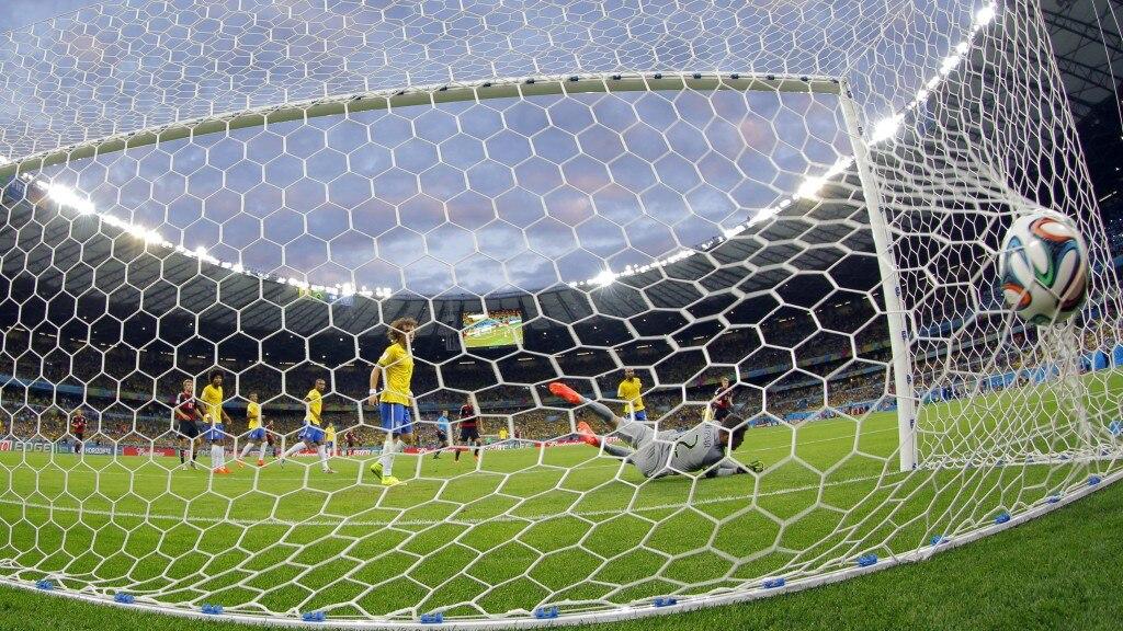 Toni Kroos hämmert den Ball zum 3:0 in die Maschen