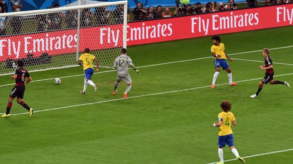 Kroos (r.) erobert erst den Ball, schiebt dann nach tollem Zusammenspiel mit Sami Khedira (l.) zum 4:0 ein