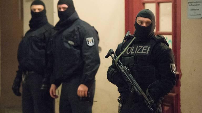 Schlag gegen die Salafisten-Szene: Vor einem Haus in der Perleberger Straße stehen Polizisten