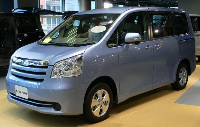 Toyota Noah vs Toyota Voxy