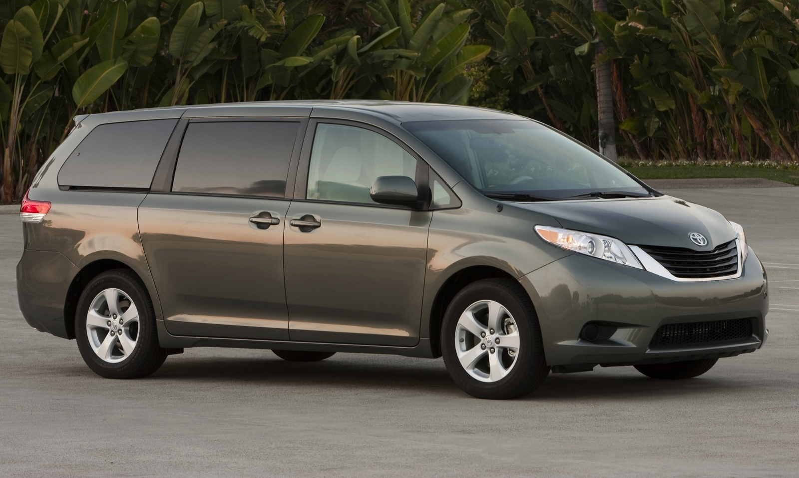 hight resolution of 2014 toyota sienna front quarter view exterior manufacturer gallery worthy
