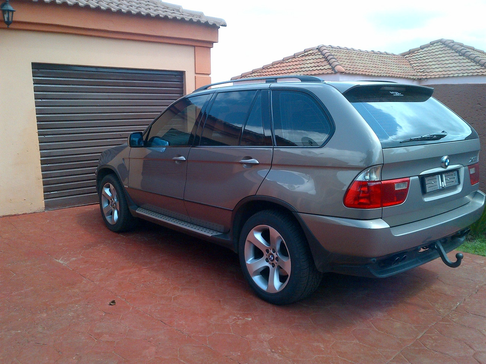 hight resolution of greetings my bmw x5 e53 n62 4 4i 2004 model has water dripping under the car