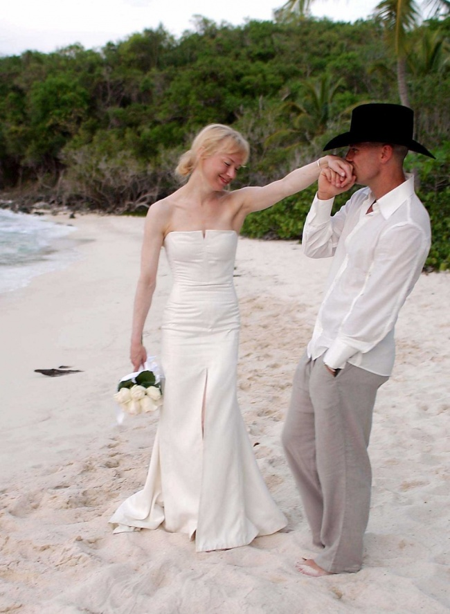 Vestido de noiva de Reneé - Foto: © SIPA / EAST NEWS.RU