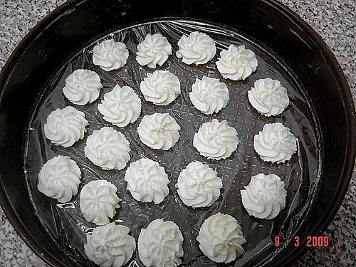 Geschlagene Sahne als Rosetten gespritzt einfrieren Rezept mit Bild  Chefkochde