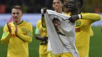 Le défenseur guinéen de Nantes Abdoulaye Touré (d) présente un t-shirt à l'effigie d'Emiliano Sala lors du match de Ligue 1 contre Saint-Etienne, le 30 janvier 2019 à Nantes [SEBASTIEN SALOM GOMIS / AFP]
