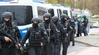 Des policiers dans une rue de Halle (Allemagne) proche du site d'une fusillade qui a fait deux morts, le 9 octobre 2019 [Sebastian Willnow / dpa/AFP]