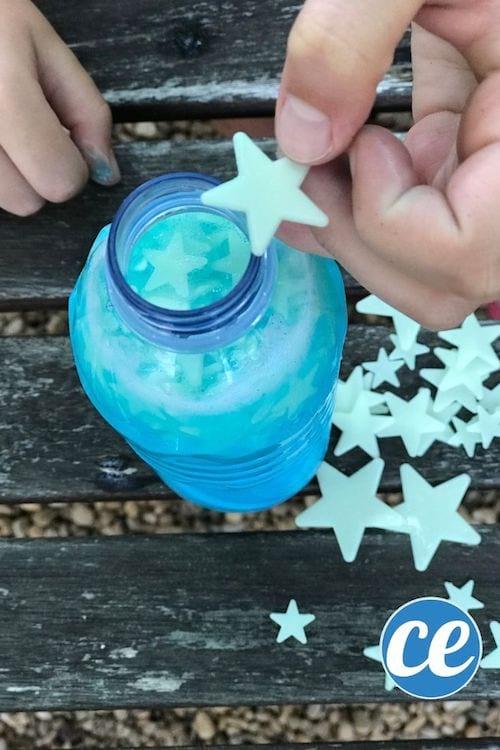 Des étoiles phosphorescentes pour faire une bouteille qui brille la nuit