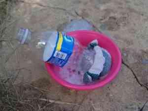Plongez la bouteille dans l'eau savonneuse