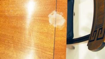 Comment Enlever une Tache Blanche sur une Table en Bois.
