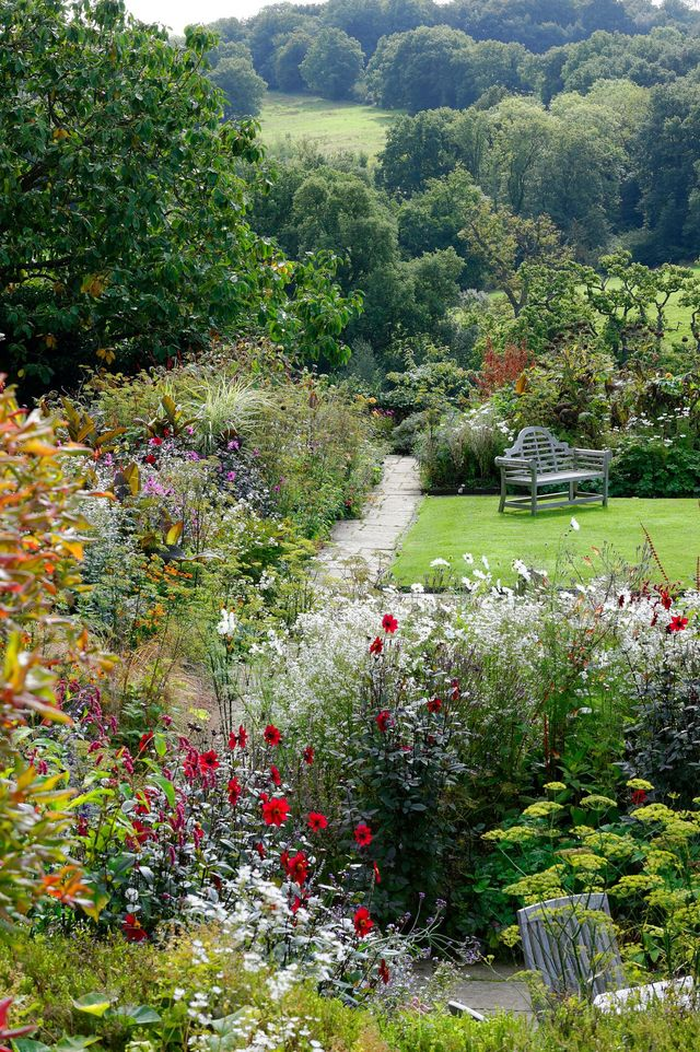 Le jardin anglais dun manoir du Sussex histoire fleurs et potager  Ct Maison