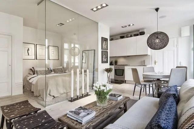 Un studio de 34 m2 situé à Stockholm astucieusement agencé grâce à une paroi de verre.