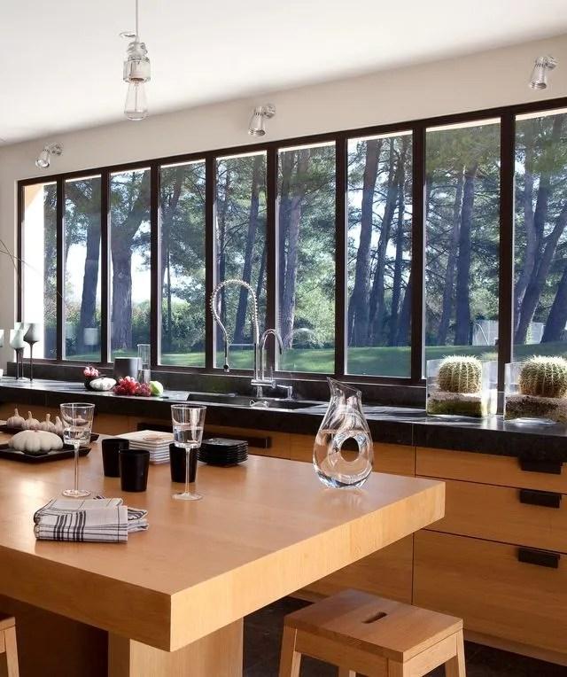 maison moderne avec grandes fenetres