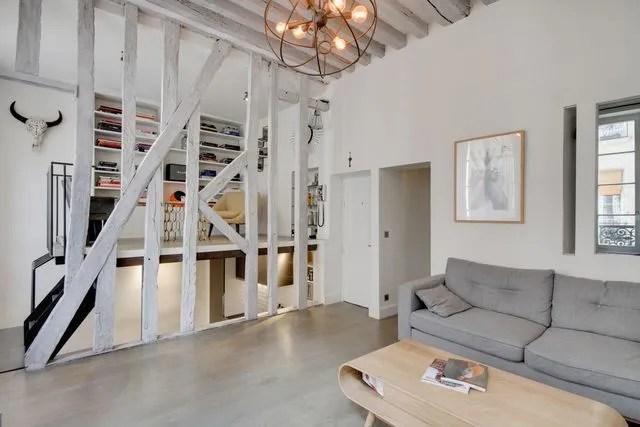 Appartement Paris Marais  un esprit datelier avec poutres apparentes  Ct Maison